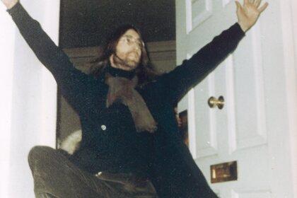 Кассету с записью невышедшей песни Джона Леннона выставят на аукционе