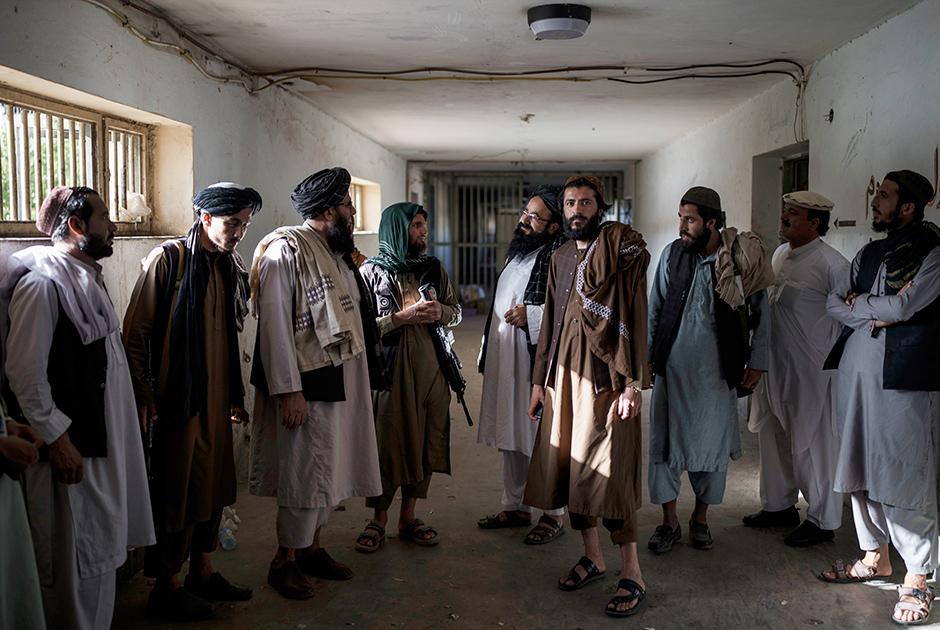 Боевики «Талибана», некоторые из них бывшие заключенные, беседуют на территории тюрьмы Пули-Чархи
