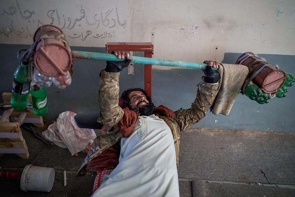 Боевик «Талибана» с импровизированной штангой, оставленной заключенными тюрьмы Пули-Чархи