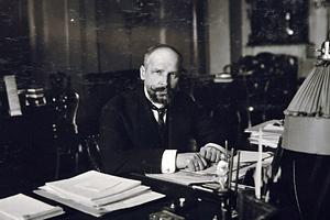 Столыпин в своем рабочем кабинете в Зимнем дворце, 1907 год