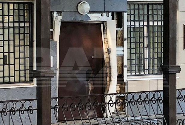Дверь отдела полиции в Лисках, взорванная неизвестным