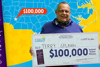 Мужчина годами покупал лотерейные билеты в одном месте и трижды сорвал джекпот