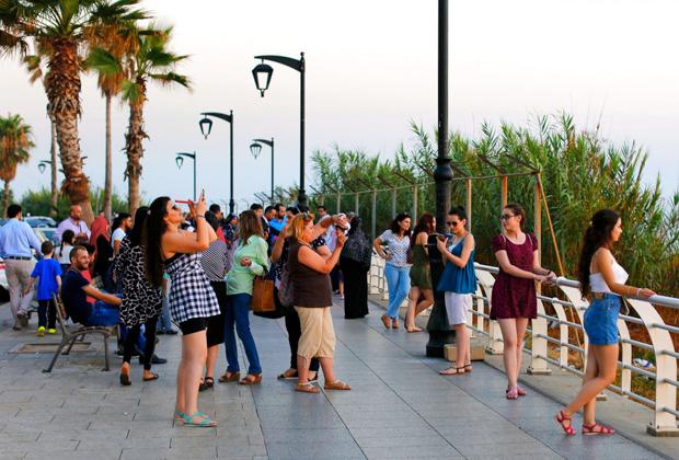 Туристы на набережной в Бейруте