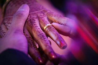 Прятавший 11 лет возлюбленную в доме родителей мужчина женился на ней