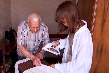 98-летний российский ветеран стал шить сумки для помощи детям с особенностями