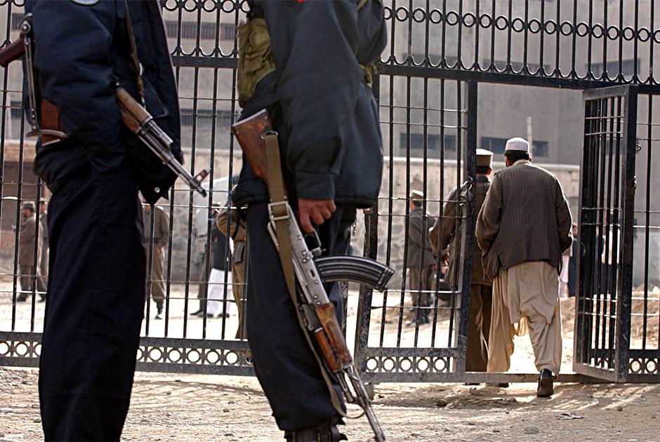 Надзиратели у ворот тюрьмы Пули-Чархи, 2004 год