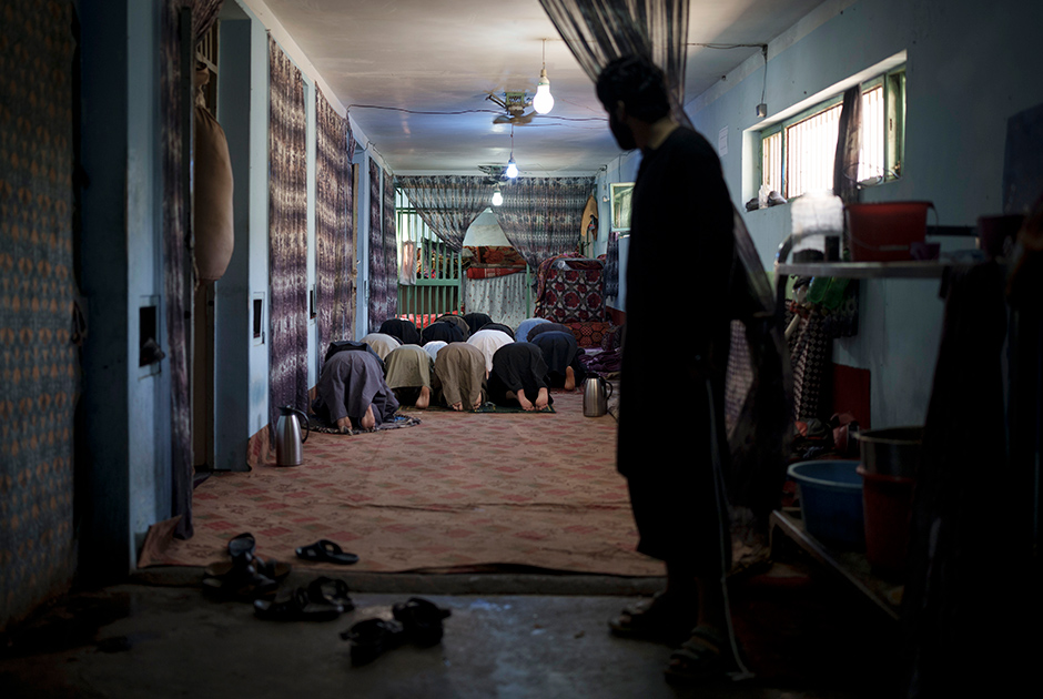 Недавно арестованные заключенные молятся в тюрьме Пули-Чархи