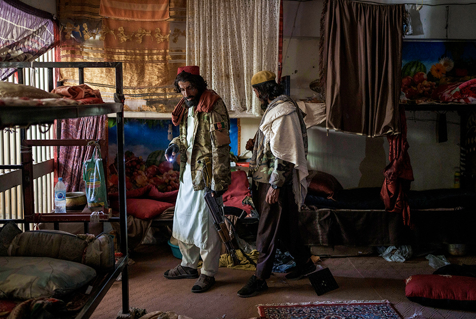 Талибы входят в пустую камеру тюрьмы Пули-Чархи