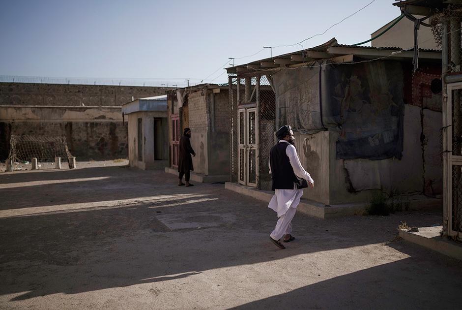 Боевики «Талибана» проходят через пустую зону тюрьмы Пули-Чархи