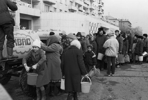 Люди в очереди за водой. Уфа, 1990 год