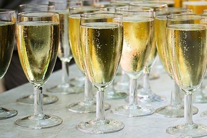 Россия и Франция создадут рабочую группу по решению спора о шампанском