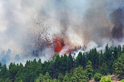 Испания рекомендовала воздержаться от полетов на Канарские острова из-за вулкана