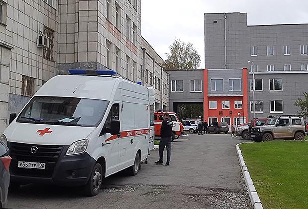 Машины экстренных служб рядом со зданием Пермского госуниверситета