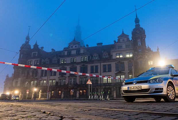 Бывший королевский замок в Дрездене оцеплен после кражи в «Грюнес Гевельбе»