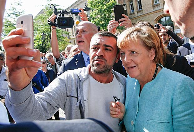 Мигрант делает селфи с Ангелой Меркель