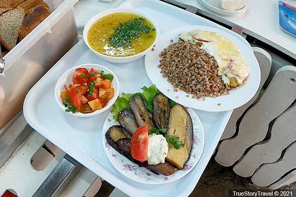 Россияне пообедали в столовой в Крыму втроем на 500 рублей и поделились мнением