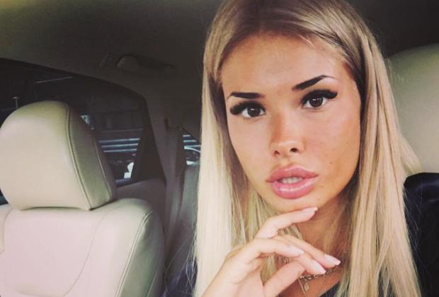 Софья Шевцова, стюардесса личного самолета Олега Бурлакова, утверждает, что олигарх является отцом ее ребенка