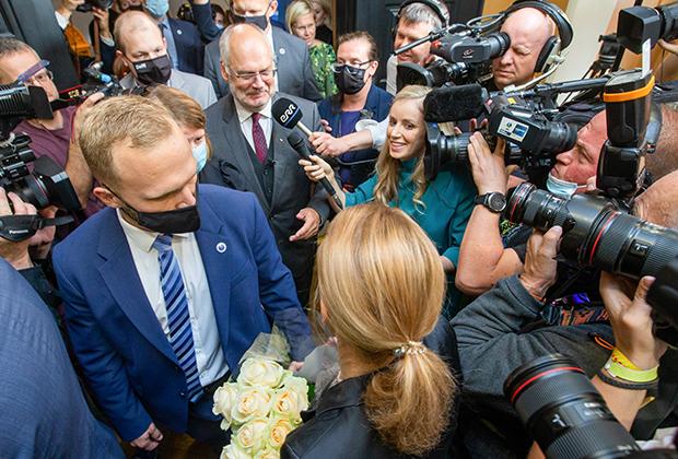 Премьер-министр Эстонии Кая Каллас (внизу спиной к камере) поздравляет Алара Кариса с победой на выборах