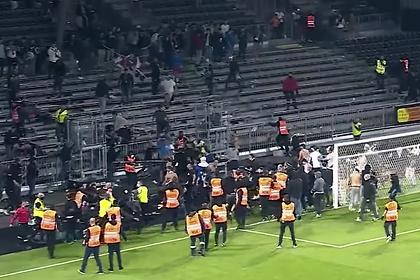 Фанаты французских клубов устроили массовую драку на стадионе после матча