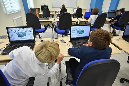 В российских школах учеников начали отправлять на дистанционное обучение