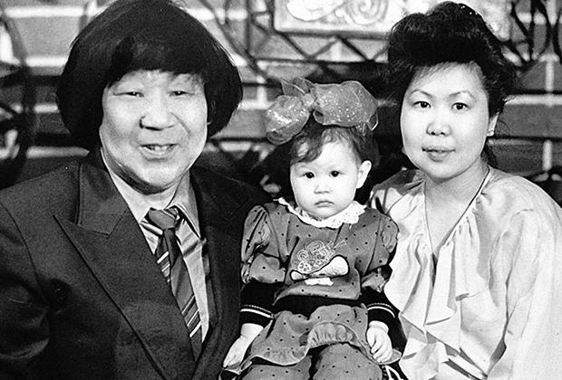 Кола Бельды с женой и единственной дочерью