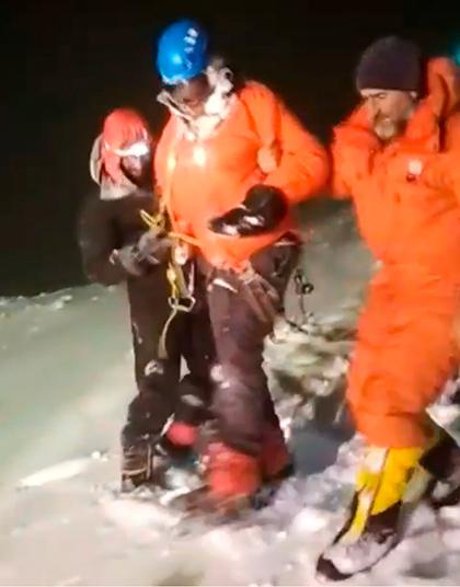 Спасатели МЧС во время спуска одного из обнаруженных альпинистов на горе Эльбрус