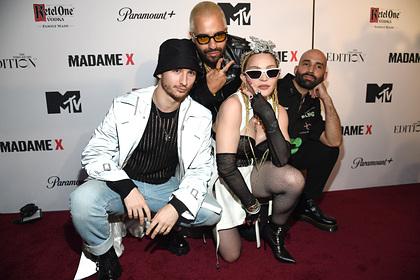 Мадонна вышла на публику в корсете и сетчатых колготках и была обругана в сети