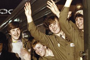 Москвичи провожают бойцов Всесоюзного ударного комсомольского отряда имени XXXVII съезда КПСС на важнейшие стройки двенадцатой пятилетки.