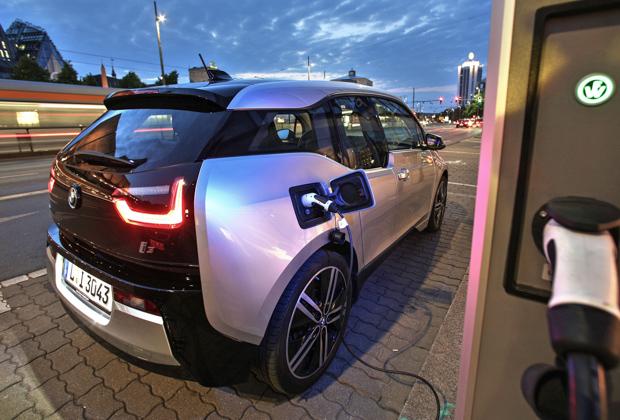 Электромобиль BMW i3 у зарядной станции