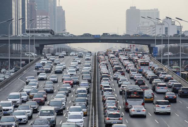Автомобили в деловом центре Пекина