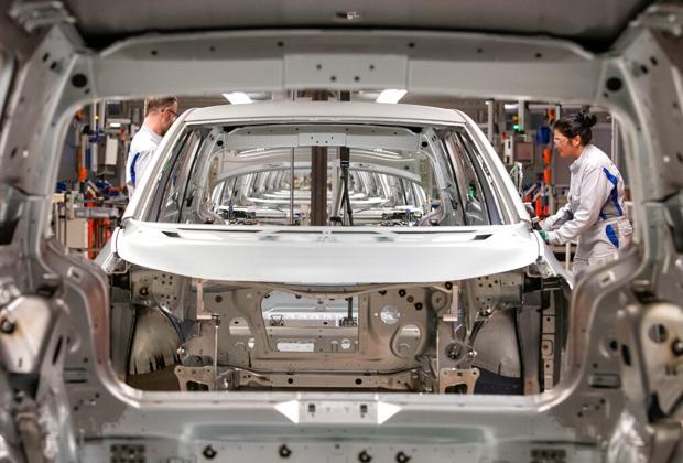Сборка электромобиля на заводе