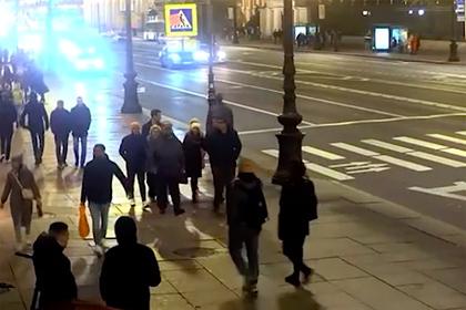 В Петербурге водитель на огромной скорости протаранил толпу и попал на видео
