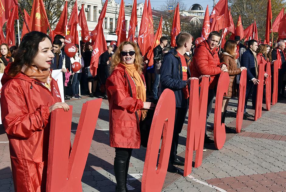 Участники демонстрации в честь 100-летия Октябрьской революции в Симферополе. 2017 год