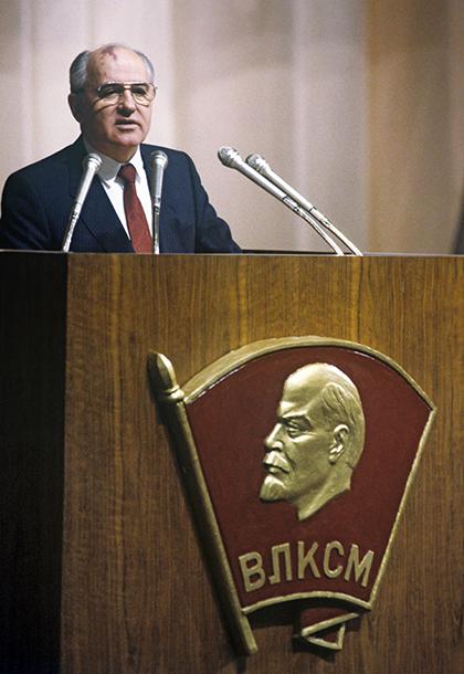 Михаил Горбачев на встрече с делегатами XXI съезда ВЛКСМ. 1990 год
