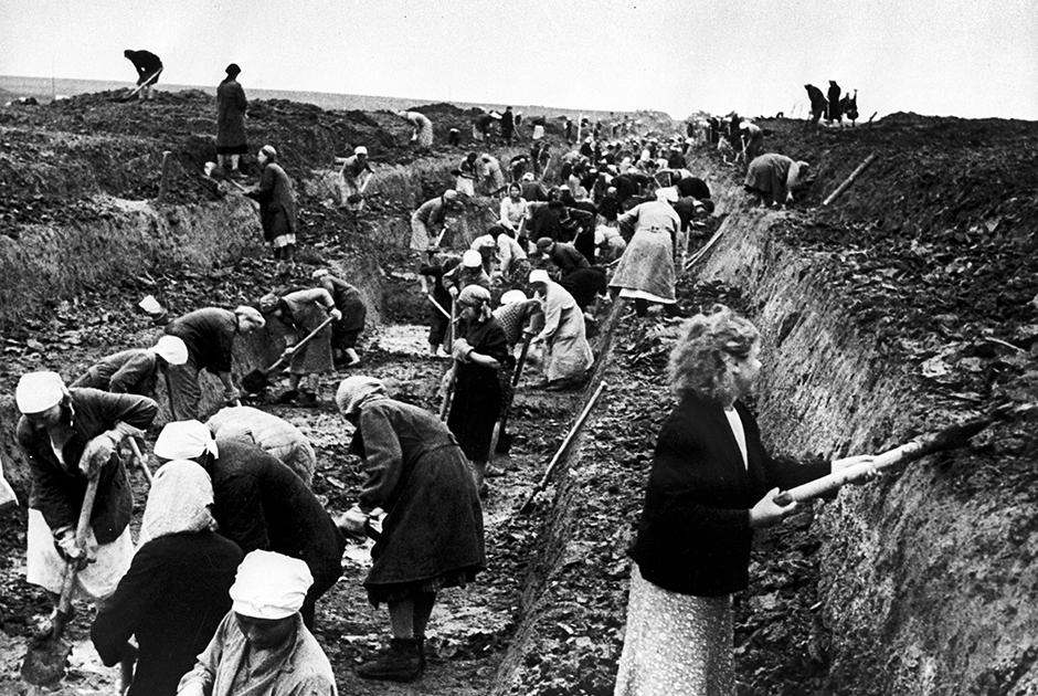 Комсомольцы на строительстве оборонительных сооружений под Москвой. 1941 год