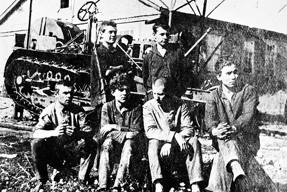 Комсомольцы у трактора, подаренного Лениным. 1922 год