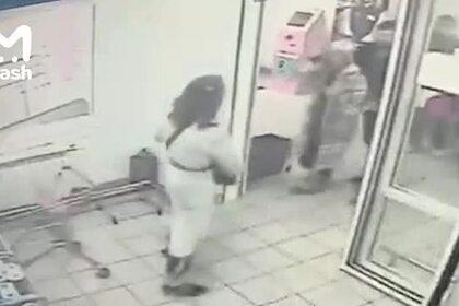 Нападение мужчины с топором в женской одежде в Москве попало на видео