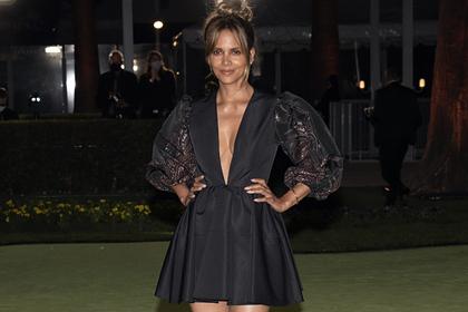 55-летняя голливудская актриса появилась на публике в платье с глубоким декольте