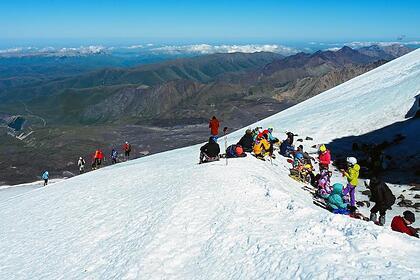 В России решили ограничить походы в горы после гибели альпинистов на Эльбрусе