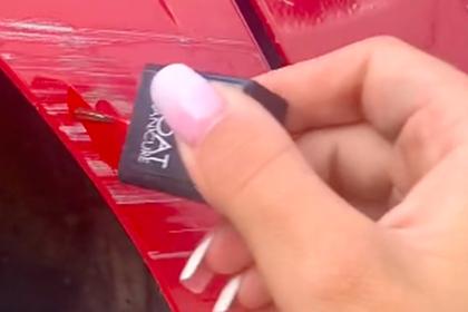 Девушка показала неожиданный способ скрыть царапину на машине и прославилась