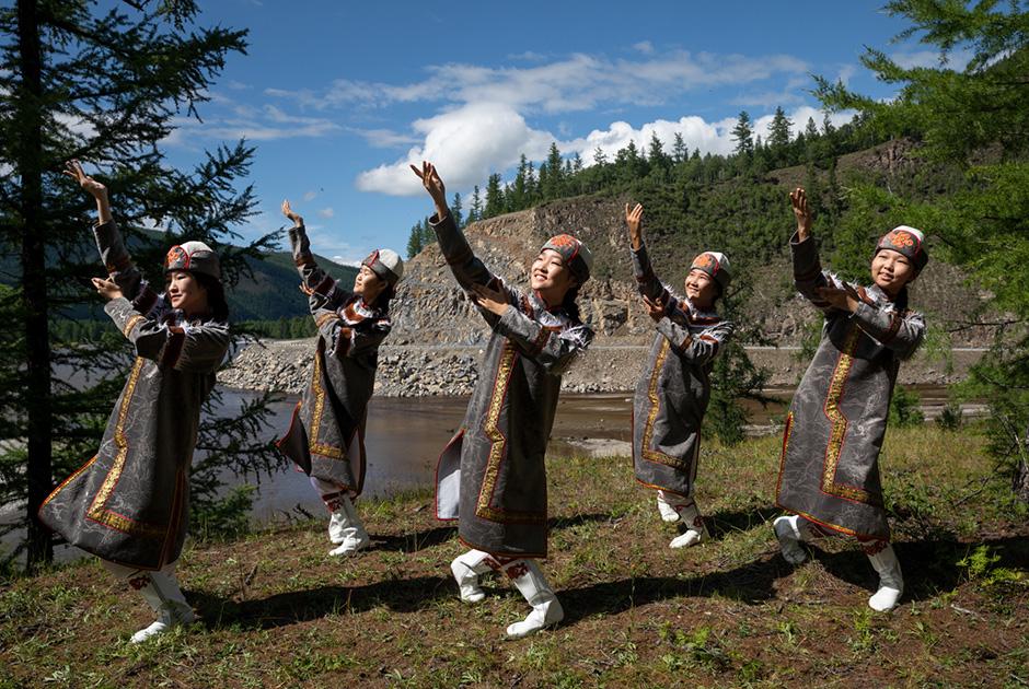 Танцовщицы-сойоточки из ансамбля центра сойотской культуры Орлика на берегу Оки Саянской