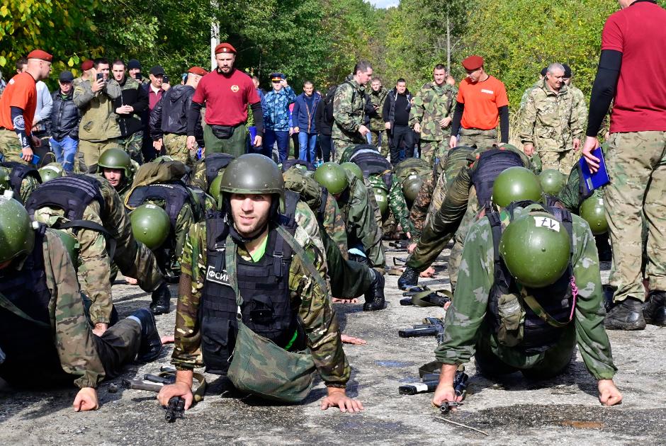 Офицеры ФСИН на старте испытаний