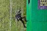 Штурм высотного здания — упражнение, хорошо знакомое любому спецназовцу. Спускаясь сверху по веревкам, надо на уровне третьего этажа поразить мишень в окне, а на уровне первого — забросить гранату. У спецназа ФСИН это упражнение отработано до автоматизма, но после тяжелого марш-броска выполнить его оказывается непросто. Так, боец отряда специального назначения (ОСН) «Грозный» из Чечни выбыл на этом этапе — значительно превысил время, отведенное на прохождение.