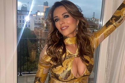 56-летняя актриса вышла в свет в оголяющем грудь наряде и взволновала фанатов