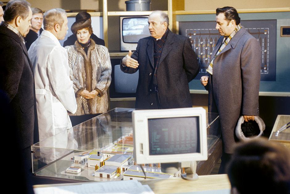Михаил Горбачев во время посещения агрофирмы-колхоза в Латвийской ССР