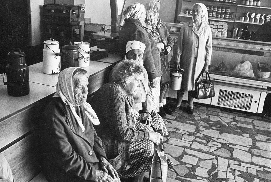 Экономический кризис в России конца 80-х годов. Сельские жители ждут доставки продуктов в магазин