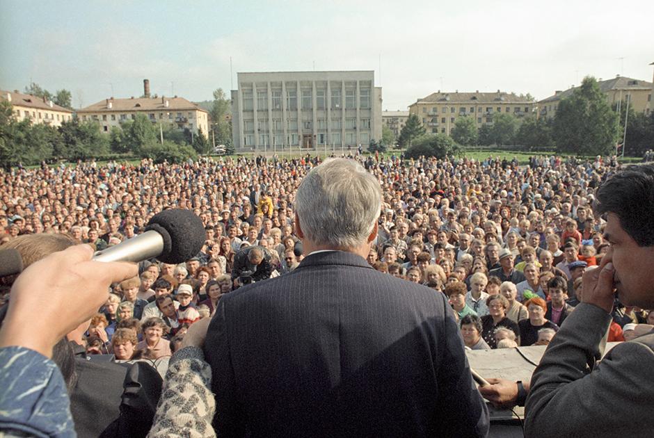 Встреча Бориса Ельцина с жителями Междуреченска, где в 1989 году началась шахтерская забастовка, охватившая Кузбасс
