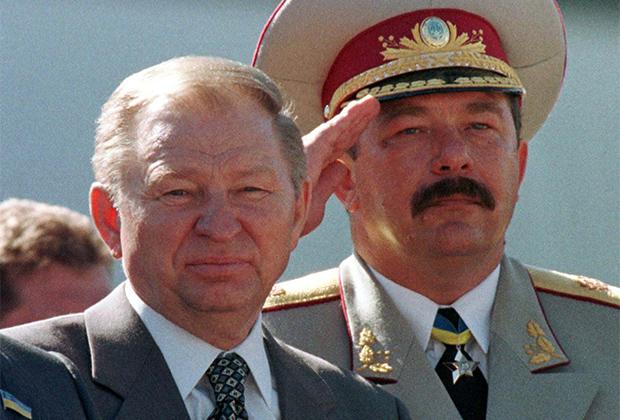Президент Украины Леонид Кучма (слева) и министр обороны Украины Александр Кузьмук