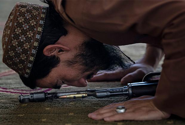 Боец «Талибана» совершает пятничный намаз
