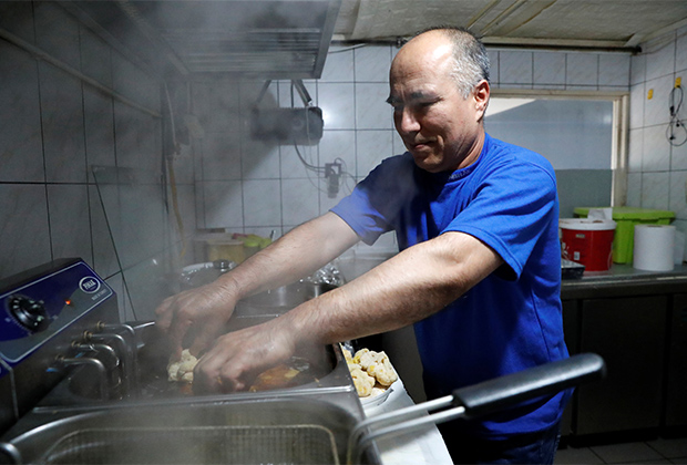 Афганский беженец работает в ресторане в Венгрии